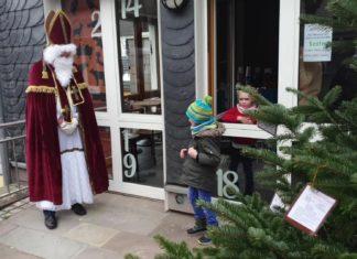 Der Nikolaus war am Gemeindehaus der Evangelischen Kirche in Lüttringhausen. Foto: Sascha von Gerishem