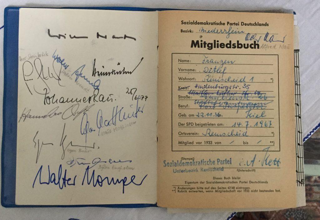 Das SPD-Parteibuch von Detlef Franzen mit Autogrammen von Willy Brandt, Egon Bahr, Johannes Rau, Björn Engholm, Klaus Matthiesen, Walter Momper, Peer Steinbrück und Hannelore Kraft. Foto: SPD Remscheid