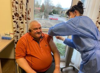 Ralf Könntgen gehörte zu den ersten Personen, die die Impfung erhielten, hier durch Andrea Saniter. Foto: Guido Eul-Jordan