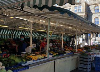 Der Remscheider Wochenmarkt auf dem Theodor-Heuss-Platz findet mittwochs und samstags von 7 bis 13 Uhr statt. Foto: Sascha von Gerishem