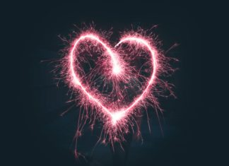 Online Dating fühlt sich an wie ein Feuerwerk im Herzen. Foto: Jamie Street