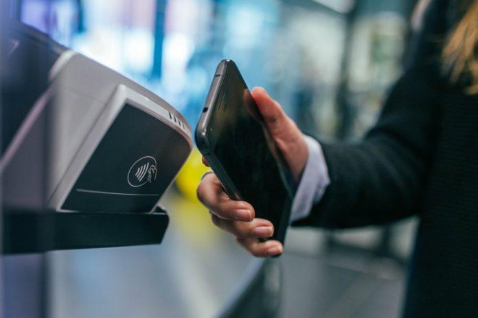 Kontaktloses und bargeldloses Bezahlen ist auch in Remscheid üblich. Foto: Jonas Leupe