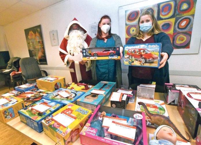 Fleißige Hände unterstützten den Weihnachtsmann. Foto: WiR in Ronsdorf
