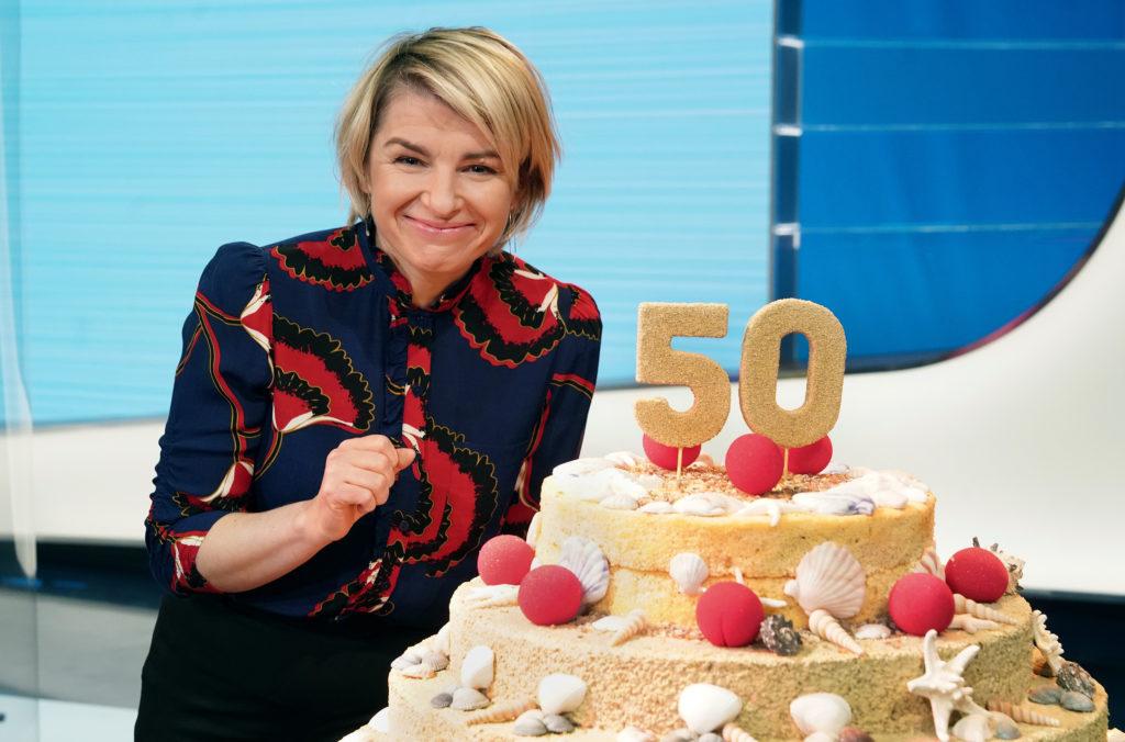 Moderatorin Sabine Heinrich möchte gerne von der Geburtstagstorte naschen... © WDR/Annika Fusswinkel