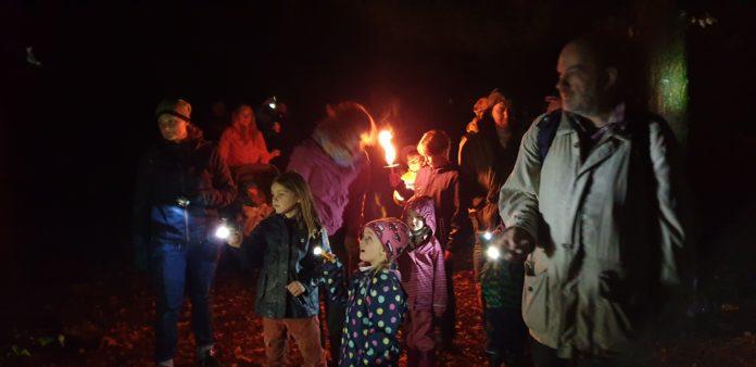 Fackelwanderung von der Natur-Schule Grund zu den Feuersalamandern in Remscheid. Foto: Sascha von Gerishem