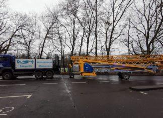 Lkw mit Turmdrehkran und Mängeln. Foto: Polizei RheinBerg
