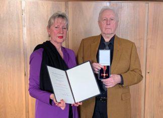 Barbara Flügge-Wollenberg und Dr. Ralf Flügge mit dem Verdienstkreuz am Bande der Bundesrepublik Deutschland. Foto: Sabine Räck