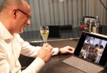Anstoßen virtuell: Sparkassen-Vorsitzender Michael Wellershaus gratuliert den frisch gebackenen Bankkaufleuten. Foto: Stadtsparkasse Remscheid