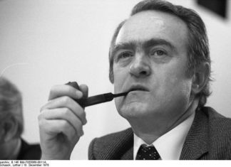 Johannes Rau am 10. Dezember 1978 auf dem außerordentlichen Parteitag der SPD im Messe-Kongreß-Zentrum in Köln zur Vorbereitung für die Europa-Parlament-Wahl 1979. Foto: Lothar Schaack / Bundesarchiv B 145 Bild-F055060-0011A