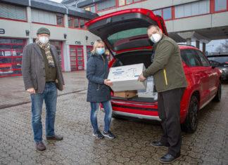 Krisenstabsleiter Thomas Neuhaus mit Sonja Richartz und Dietmar Len vom Käthe-Kollwitz-Berufskolleg (.v.l.). Foto: Thomas E. Wunsch