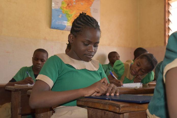 Julienne aus Kamerun ist blind und eine der besten in ihrer Klasse. Auf der Braille-Tafel kann sie sich ebenso schnell Notizen machen wie andere mit Stift und Papier. Foto: obs/Christoffel Blindenmission e.V./Comfort Mussa/CBM