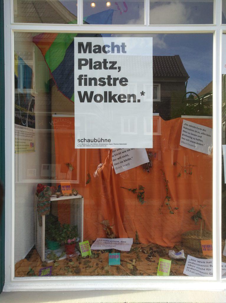 """Plakat im Schaufenster vom Lotsenpunkt Lennep: """"Macht Platz, finstre Wolken!"""" Foto: Andy Dino Iussa"""