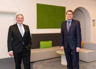 IHK NRW: Thomas Meyer reicht den Staffelstab an Ralf Stoffels weiter. Foto: Malte Reiter