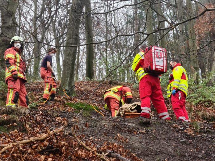 Nach Erstversorgung durch den Rettungsdienst wurde die junge Frau für den Transport mit der Schleifkorbtrage vorbereitet. Foto: Feuerwehr Velbert