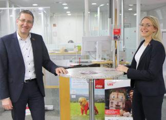 Herbert Thelen, stellvertretendes Vorstandsmitglied begrüßt Kerstin Monhof als neue Geschäftsstellenleiterin Lüttringhausen. Foto: Stadtsparkasse Remscheid