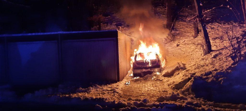 Beim Eintreffen der Feuerwehr brannte der Pkw bereits in voller Ausdehnung. Foto: Feuerwehr Velbert