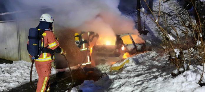 Das Feuer war schnell unter Kontrolle, das Fahrzeug aber nicht mehr zu retten. Foto: Feuerwehr Velbert