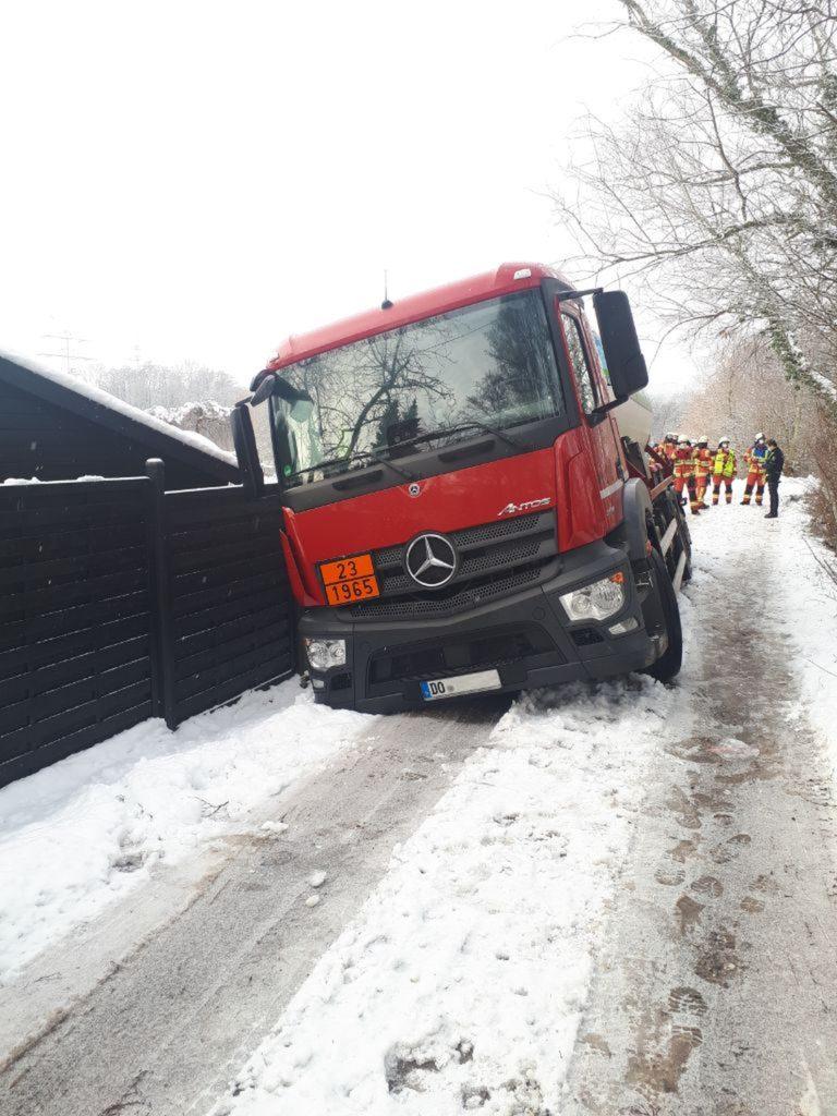 Das Fahrzeug saß mit den Achsen auf der Böschung auf. Foto: Feuerwehr Velbert