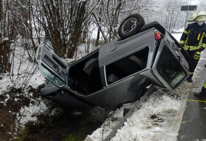 Ein Fahranfänger aus Engelskirchen landete mit seinem Auto kopfüber in einem Bachbett in Wipperfürth. Foto: Polizei Oberberg