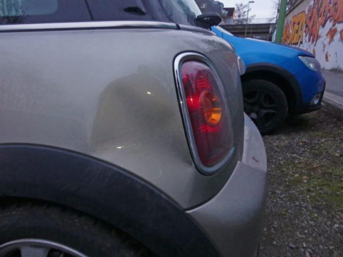 Unfallflucht nach Schaden an BMW Mini. Foto: Polizei Oberberg