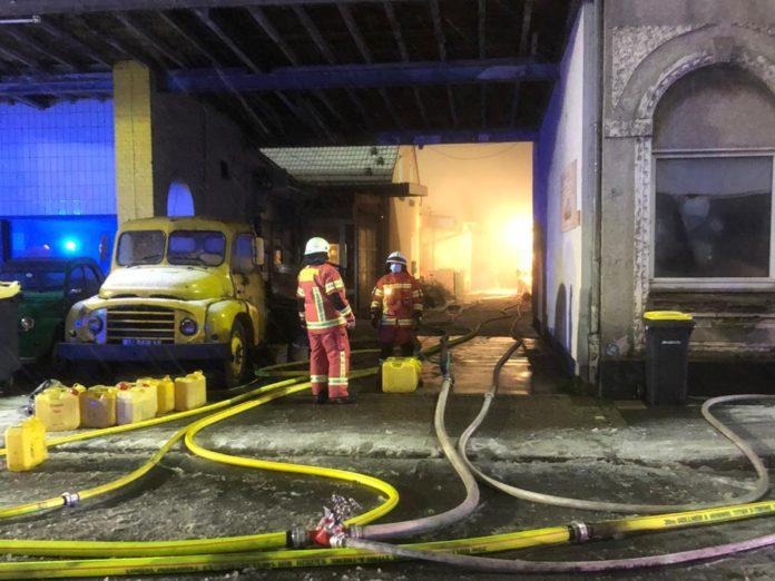 Die Werkstatt im hinteren Bereich des Hofes brannte in voller Ausdehnung. Foto: Feuerwehr Velbert