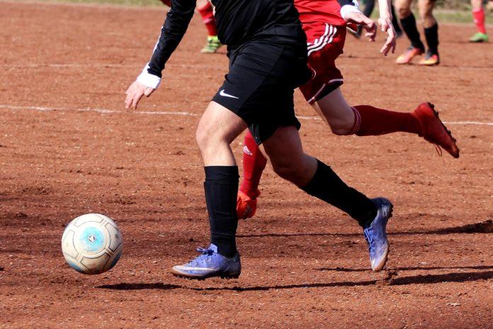 Fußball auf einem Ascheplatz ist nicht ganz zeitgemäß. Symbolfoto.
