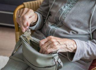 Seniorin mit Wohnungsschlüssel. Foto: Sabine van Erp