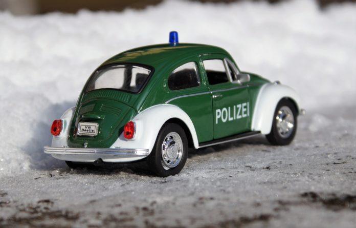 Polizei im Schnee. Symbolfoto.