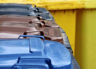 Mülltonnen warten auf die Müllabfuhr. Symbolbild.