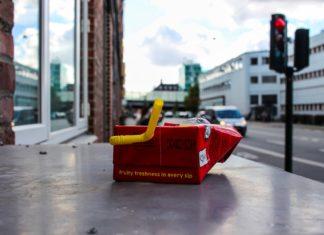 Getränkekartons stehen in starkem Widerspruch zu ihrem umweltfreundlichen Image. Tetra Pak bietet Getränkekartonmodelle mit einem Anteil von mehr als 50 Prozent Kunststoff an und behauptet trotzdem 'auf dem Weg zur nachhaltigsten Lebensmittelverpackung' zu sein. Diese Mogelverpackung hat den Namen Kartonverpackung nicht verdient. Vielmehr handelt es sich um Plastikflaschen 2.0. Foto: Linus Schütz