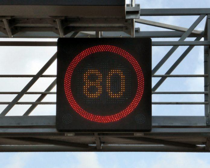 Tempolimits senken das Risiko schwerer Unfälle nachweislich und senken auch die CO2-Emmissionen deutlich.