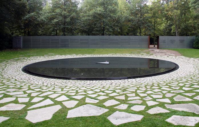 Denkmal für die im Nationalsozialismus ermordeten Sinti und Roma Europas 1935 von Dani Karavan, 2012, Simsonweg, Berlin-Tiergarten. Foto: OTFW, Berlin, CC BY-SA 3.0 , via Wikimedia Commons