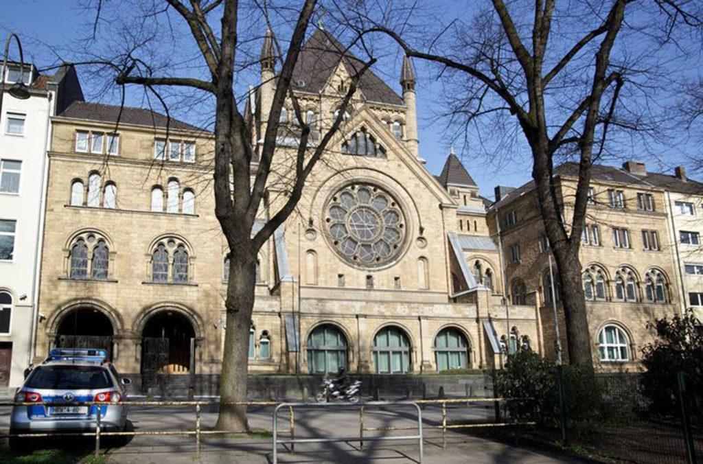 Blick auf die Kölner Synagoge in der Roonstraße. Die Polizei ist vor jüdischen Einrichtungen präsent. © WDR/Herby Sachs