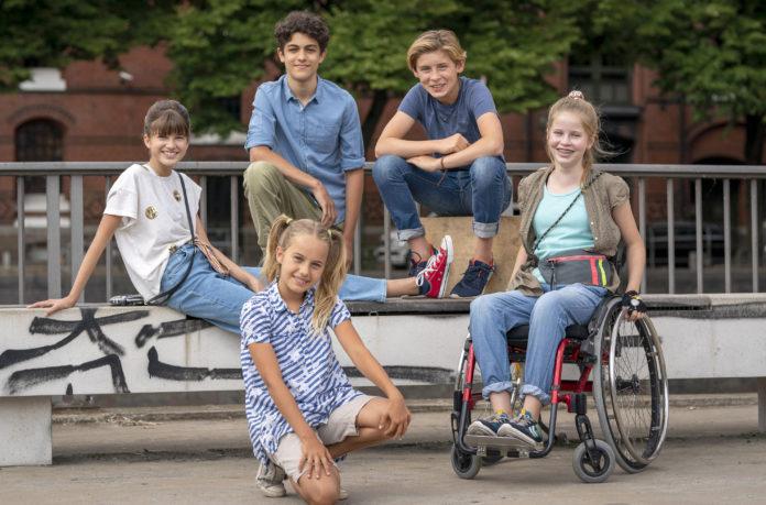 Die Pfefferkörner - 17. Staffel v.l.n.r.: Lou, Tarun, Jonny, Pippa und Clarissa in der Speicherstadt. Bild: NDR/Boris Laewen