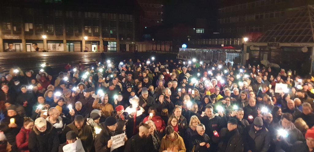 23. Februar 2020: Die Remscheider Mahnwache für die Opfer des rechtsterroristischen Anschlags in Hanau. Foto: Sascha von Gerishem
