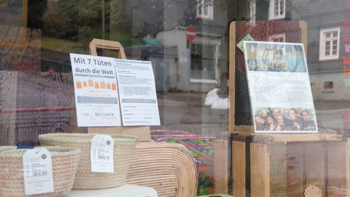 Fastenaktion vom Flair-Weltladen Lüttringhausen: Sieben Tüten mit fairgehandelten Lebensmitteln im Kurz-Abo. Foto: Sascha von Gerishem