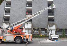 Spektakulärer Unfall in Remscheid: Auto stürzt aus dem Parkhaus vom Allee-Center auf die Elberfelder Straße. Foto: Sascha von Gerishem