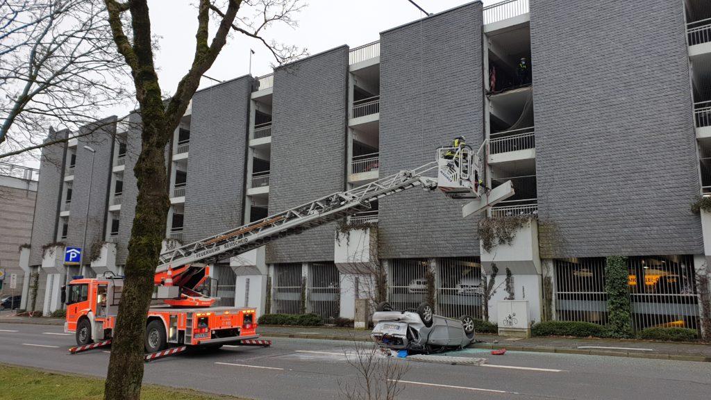 Die Feuerwehr Remscheid sichert Gebäudeteile, die herabzustürzen drohten. Foto: Sascha von Gerishem