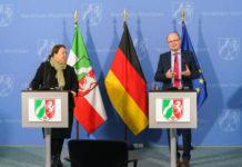 Verbraucherschutzministerin Ursula Heinen-Esser und Wolfgang Schuldzinski, Vorstand der Verbraucherzentrale Nordrhein-Westfalen. Foto: Land NRW