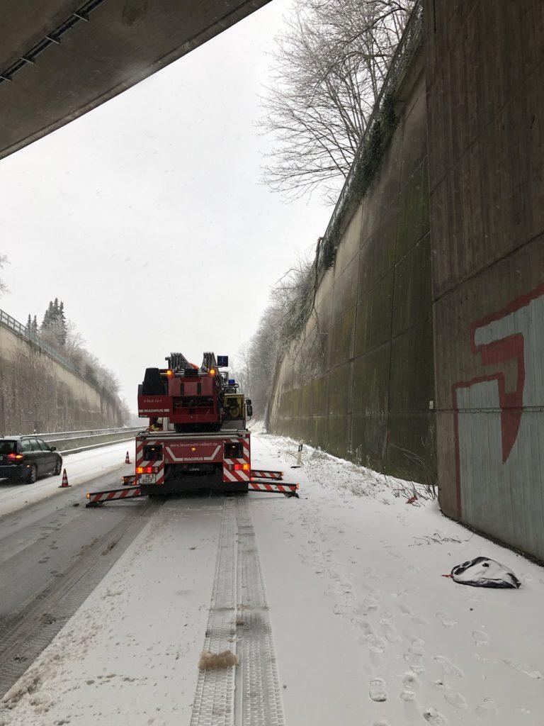 A 535: Der herabhängende Baum zwischen den Anschlussstellen Wülfrath und Tönisheide. Foto: Feuerwehr Velbert