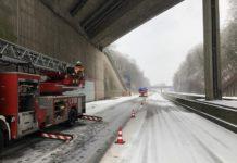 A 535: Der Verkehr wurde einspurig an der Einsatzstelle vorbeigeführt. Foto: Feuerwehr Velbert