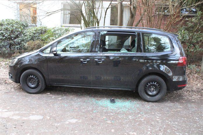 Ein bislang unbekannter Dieb nutzte in Bergisch Gladbach die zehnminütige Abwesenheit einer Autobesitzerin, um die Seitenscheibe an ihrem Seat einzuschlagen. Foto: Polizei RheinBerg