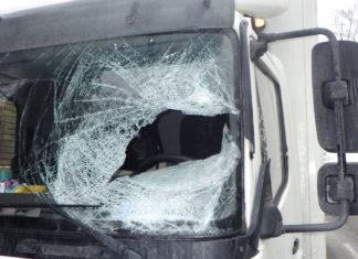 Eisplatten von LKW sind im Straßenverkehr eine große Gefahr. Foto: Polizei Ennepe-Ruhr