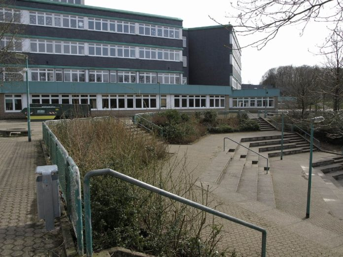Erich-Fried-Gesamtschule Ronsdorf An der Blutfinke 70 Wuppertal. Gegründet 1979. Foto: Banffy, CC BY-SA 4.0 , via Wikimedia Commons