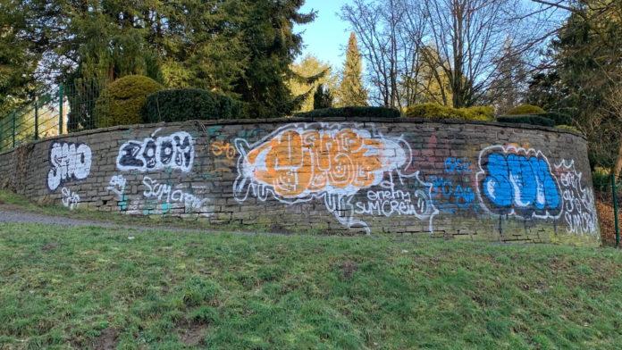 Vandalismus in Hücksewagen: Farbschmierereien an Friedhofsmauer sind Sachbeschädigung. Foto: Polizei Oberberg