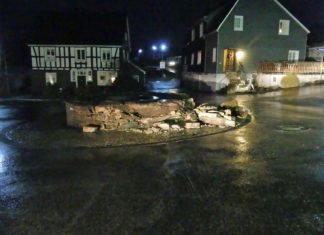 Der Schaden am Kreisverkehr in Nümbrecht ist enorm. Foto: Polizei Oberberg