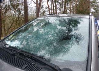In Reichshof wurde dieser PKW durch eine von einem fahrenden LKW herbfallenden Eisplatte schwer beschädigt. Foto: Polizei Oberberg