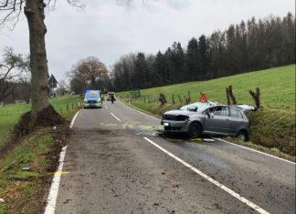 Engelskirchen: Die Fahrerin zog sich leichte Verletzungen zu. An ihrem Wagen entstand Totalschaden. Foto: Polizei Oberberg