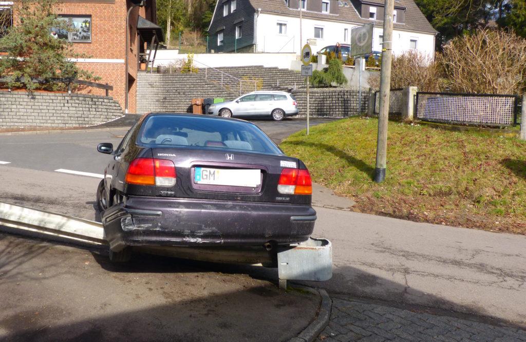 Gummersbach: Beim Wenden ging es ohne Führerschein rückwärts auf die Schutzplanke. Foto: Polizei Oberberg