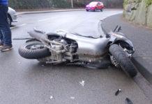 Ein Autofahrer übersah in Nümbrecht den abbiegenden Motorroller. Die Fahrerin des Rollers wurde schwer verletzt. Foto: Polizei Oberberg